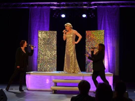 00 Belinda Glava åpnet Parodi Grand Prix-finalen med israelske Diva av Dana International fra 1998